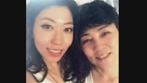 La chanteuse et compagne de Gregor Robertson Wanting Qu aux côtés de sa mère Zhang Mingjie. Photo non datée.
