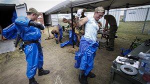 Des experts de l'OTAN se préparent à entrer sur la base militaire de Suffield en Alberta.
