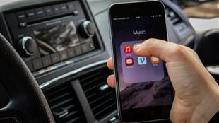 Selon la coroner Renée Roussel, même avec un système Bluetooth, le cellulaire au volant est une cause d'accident