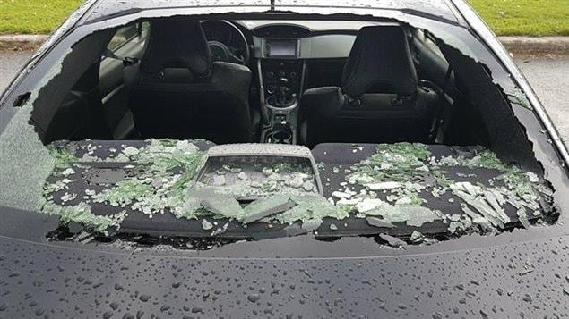 Des fenêtres de véhicules ont éclaté à cause de la grêle.