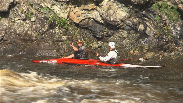 Des kayakistes se préparent pour les Championnats canadiens d'eau vive à Saguenay.