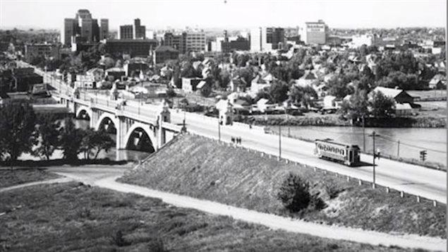 Un tramway circule sur le pont de la rue Centre, à Calgary.