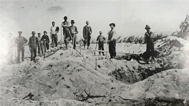Des corps sont enterrés après le feu de 1916