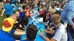 Des milliers de convives au souper dans les rues à Roberval