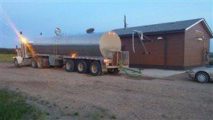 Un camion d'approvisionnement en eau
