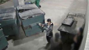 L'homme qui porte une casquette noir est considéré par la police de Winnipeg comme un suspect dans la mort de Cyril Weenusk.