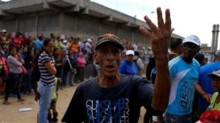 Les pénuries d'aliments et de médicaments sévissent depuis des mois, obligeant les Vénézuéliens à faire la file pendant des heures devant les supermarchés.