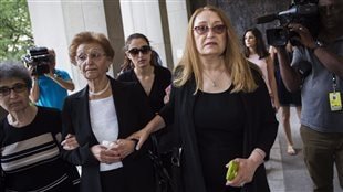 La mère de Sammy Yatim, Sahar Bahadi, et d'autres membres de la famille à leur arrivée au tribunal, jeudi matin.