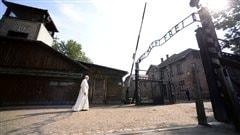«Pardon seigneur pour autant de cruauté» -le pape François au camp d'Auschwitz