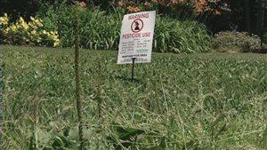 Stratford et Cornwall interdisent dès cette année les pesticides cosmétiques et Charlottetown suivra leur exemple l'an prochain.