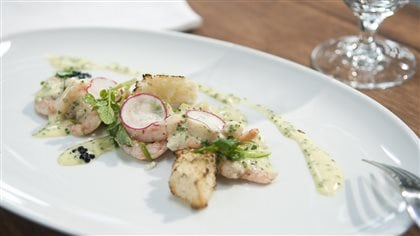 Salade de crevettes, sabayon au vin blanc et pain grillé