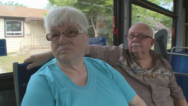 Joe et Helen Todd à bord d'un autobus municipal à Windsor