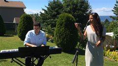 Le Duo Jazz Eleganza offre une prestation dans une cour arrière à Rimouski