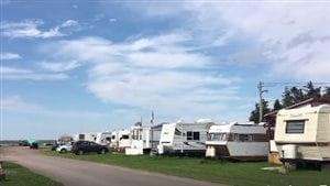 Deux campeurs racontent ce qu'ils aiment tant de la vie en camping