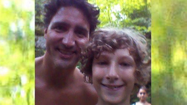 Le jeune Alexander Godby pose avec le premier ministre Justin Trudeau à la fin juillet 2016 au Parc de la Gatineau.
