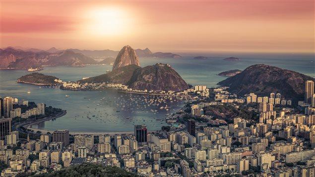 Lever de soleil sur Rio de Janeiro : le Brésil est un grand producteur de sucre.