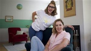 Léane Labrèche-Dor et Catherine Trudeau  sur le plateau de tournage de la deuxième saison de «La vie n'est pas un magazine»