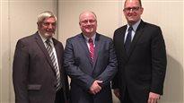 C. Stephen MacKenzie se tient entre le directeur du comté d'Essex, Tom Bain, à gauche, et le maire de Windsor Drew Dilkens.