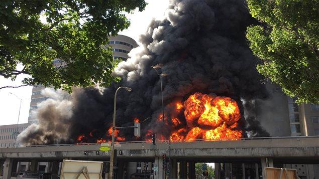 Camion-citerne en feu sur l'autoroute métropolitaine à Montréal
