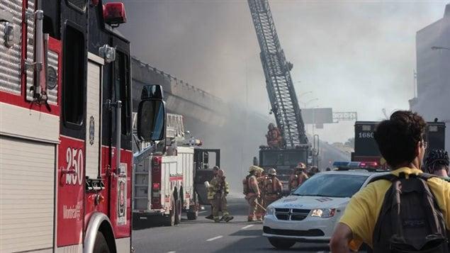 Des pompiers combattent l'incendie sur l'autoroute métropolitaine
