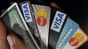 Des cartes de crédit en éventail.