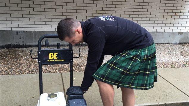 Une entreprise propose des services d entretien assur s for Pourquoi ecossais portent kilt