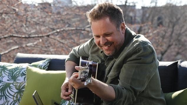 Stéphane Bellavance joue de la guitare