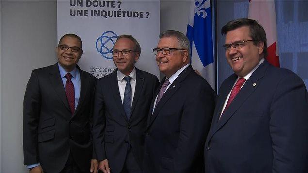 Le directeur du CPRMV Herman Okomba-Deparice, les ministres de la Sécurité publique du Québec et du Canada Martin Coiteux et Ralph Goodale, et le maire de Montréal Denis Coderre