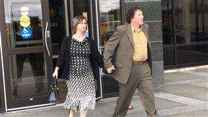 Céline Lang et son mari Daniel Lang sortent du palais de justice de Moncton