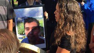Des gens sont venus soutenir la famille de Colten Boushie tué dans une ferme en Saskatchewan.