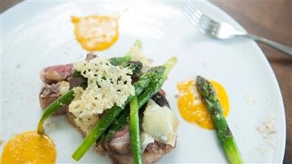 Fêtard en deux temps, gratin et croustilles sur steak de gigot d'agneau