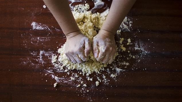 Mains qui pétrissent de la pâte