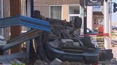 Une voiture volée termine sa course sur la façade d'un fleuriste de Trois-Rivières