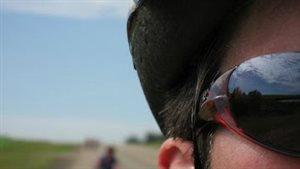 Un cycliste avec son casque et ses lunettes lors du Tour de l'Alberta
