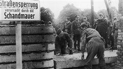 La construction du mur de Berlin, symbole de la guerre froide