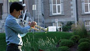 Frédéric Demers, se préparant à jouer de la trompette devant l'hôtel de ville de Sherbrooke