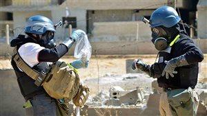 Des enquêteurs de l'ONU spécialisés en armes chimiques recueillent des échantillons en sol syrien.