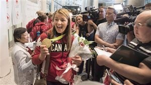 Erica Wiebe lors de son arrivée au Canada avec sa médaille autour du cou.