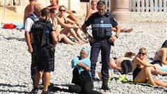 La police française force une femme à retirer son burkini