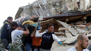 Des secouristes extirpent des survivants des décombres à la suite du séisme d'Amatrice.