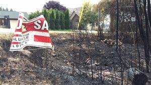 De la terre brûlée dans le secteur Bear Creek à West Kelowna dans le centre de l'Okanagan en Colombie-Britannique.