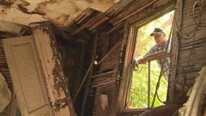Boyd Metzler regarde à l'intérieur de l'ancienne maison du comte Paul de Beaudrap
