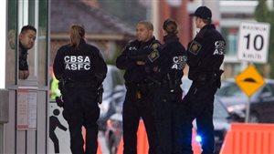 Des agents de l'agence des services frontaliers du Canada (ASFC).