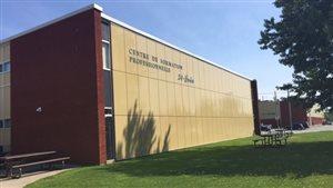 L'extérieur du Centre de formation professionnelle 24-Juin de Sherbrooke