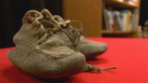 Des mocassins trouvés en magasin aboutissent dans un musée