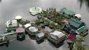 Une installation flottante autosuffisante près de Tofino en Colombie-Britannique.