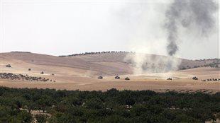 Des photos prises depuis Karkamis en Turquie montrent le mouvement de chars turcs vers la Syrie.