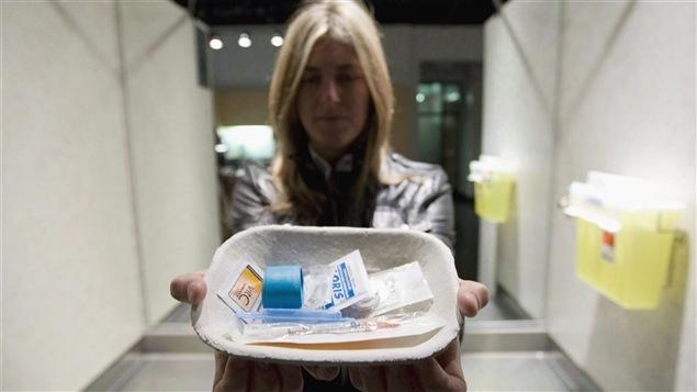 Liz Evans, du sites d'injection supervisée Insite, à Vancouver, tient un plateau avec ce qui est fourni aux toxicomanes pour l'injection.
