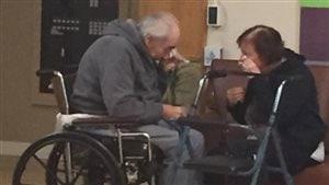 Image de Wolfram Gottschalk, 83 ans, et son épouse Anita, 81 ans, en train de pleurer lors d'une visite à Surrey en Colombie-Britannique.