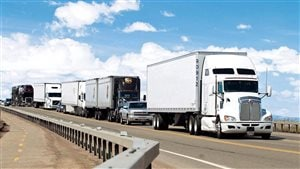 Des camions font la file afin de traverser la frontière canado-américaine.